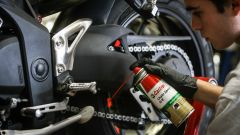 Come si controlla la catena di trasmissione della moto