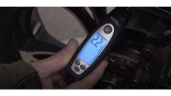 Manutenzione invernale moto: gonfiate le gomme a una pressione più alta del solito