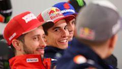 Marc Marquez sorride guardando il compagno di squadra Jorge Lorenzo
