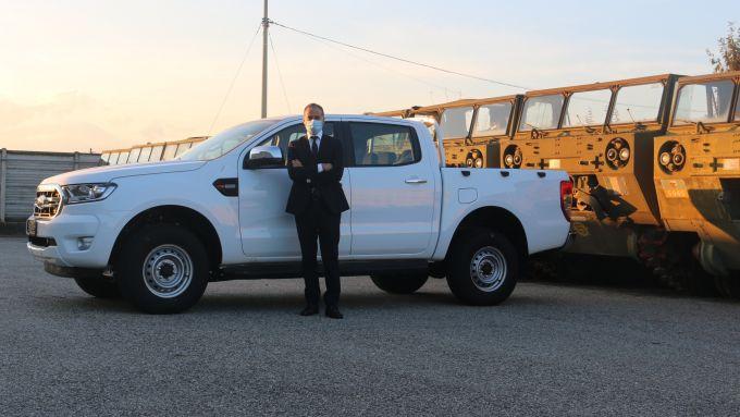 Marco Buraglio, Direttore Divisione CV di Ford Italia, con un Ford Ranger