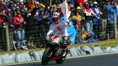 Marco Melandri festeggia il titolo in 250 conquistato con l'Aprilia nel 2002