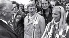 Marie-Claude Charmasson, alla sua destra, seminascosto, un giovane e occhialuto Andrea de Adamich pilota Alfa Romeo