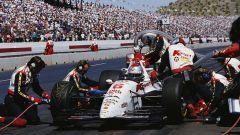 Mario Andretti impegnato nella 200 miglia di Phoenix del 1993, che vincerà a 53 anni di età