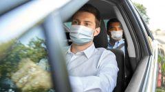 Mascherina e più persone in auto