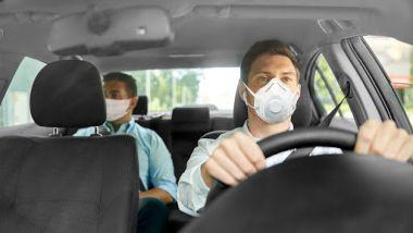 Mascherina in auto obbligatoria se si trasportano amico o colleghi