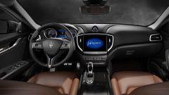 Maserati Ghibli: il sistema di infotainment supporta ora sia Apple CarPlay sia Android Auto e il monitor misura 8,4 pollici