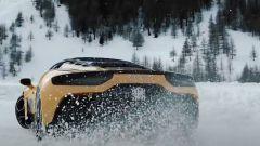 Maserati MC20 di traverso sulla neve