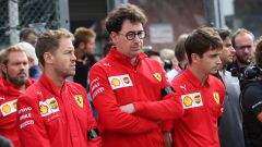 Mattia Binotto (Ferrari) insieme ai suoi due piloti