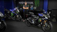 Maverick Vinales con la Yamaha YZF-R3 Monster Energy MotoGP Edition 2020