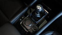 Mazda 3 Skyactiv-D: il tunnel centrale con la leva del cambio manualke e la rotella del sistema MZD Connect