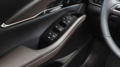 Mazda CX-30: dettaglio comandi alzacristalli e regolazione retrovisori