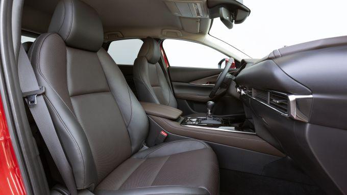 Mazda CX-30 Skyactiv-X 2019: i comodi sedili in pelle