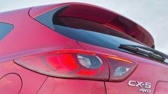Mazda CX-5 2016: dettaglio del fanale posteriore e dello spoiler sul lunotto