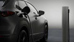 Mazda e-tpv il Suv CX-30 elettrico: un momento della ricarica