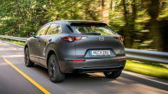 Mazda e-tpv il Suv CX-30 elettrico: una vista da dietro durante le prove
