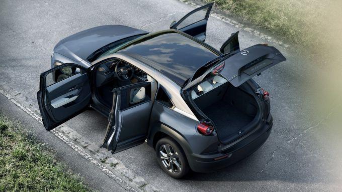 Mazda MX-30: vista dall'alto con tutte le portiere e il bagagliaio aperti