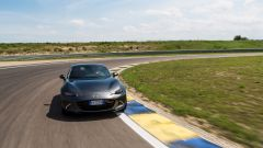 Mazda MX-5 RF vs. Subaru BRZ 2017: la Mazda in curva aggredisce i cordoli