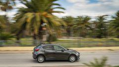 Mazda2 Skyactiv-G M Hybrid: passaggio laterale