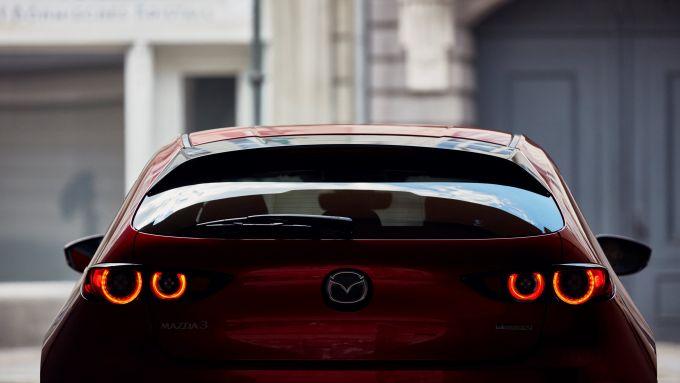 Mazda3 2021: la firma luminosa del lato B