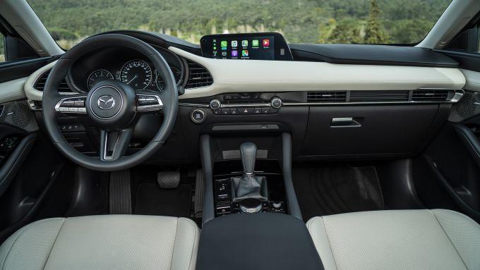 Mazda3 Sedan: gli interni Pure White