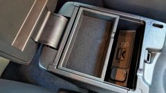 Mazda3 SkyActive-D 1.5 diesel: il vano portaoggetti nel bracciolo anteriore