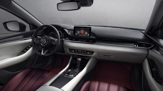 Mazda6 2021, edizione 100th Anniversary: gli interni in pelle rossa