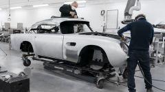 Meccanici al lavoro sulla Aston Martin DB5 Goldfinger Continuation