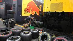 Meccanico Red Bull alle prese con il lavaggio delle gomme Pirelli