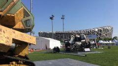 Megabots MK II di fronte a Monkey King davanti allo stadio olimpico di Pechino