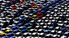 Mercato auto: un parcheggio di modelli in attesa di consegna
