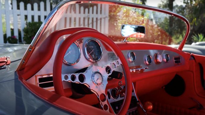 Mercedes 300 SL: l'abitacolo dell'auto di John Sarkisyan in pelle rossa