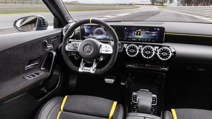 Mercedes-AMG A 45 S 4matic+ 2020: il volante è in alcantara