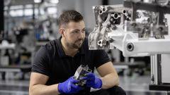 Mercedes Amg A45 2019 uomini a lavoro