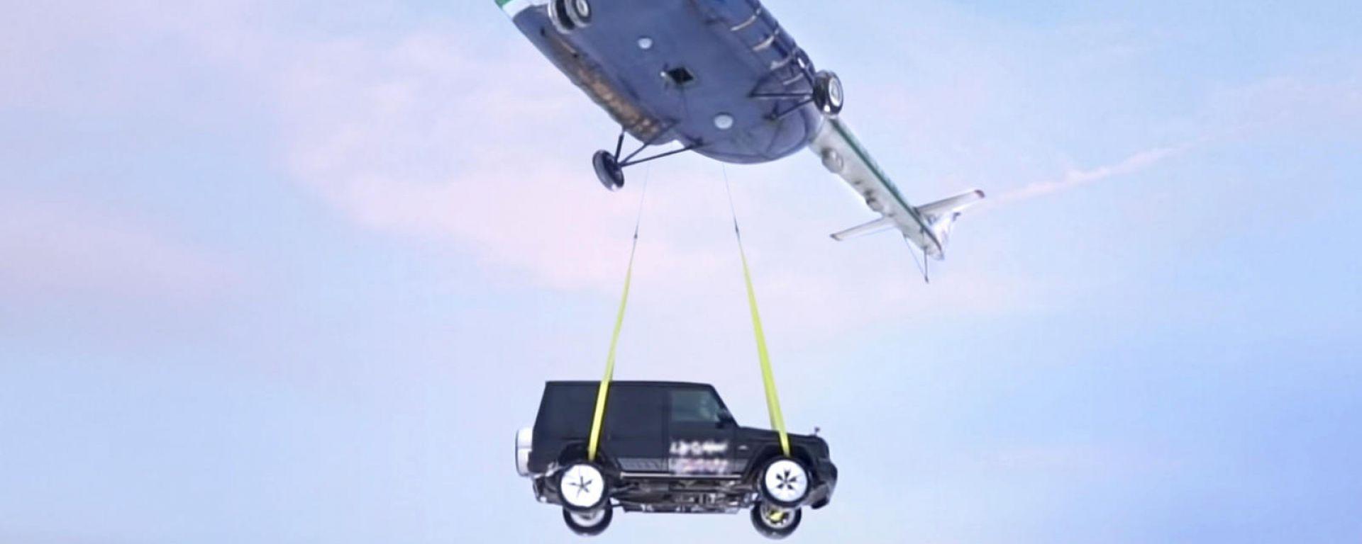Mercedes-AMG G63 lanciata da un elicottero: il video
