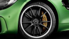 Mercedes-AMG GT R con cerchi anteriori da 19 pollici a 10 razze forgiati