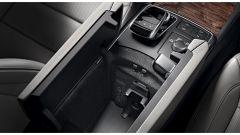 Mercedes-Benz: alloggiamento nel bracciolo per lo smartphone