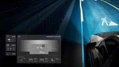 Mercedes-Benz Digital Light segnala un cantiere sulla strada