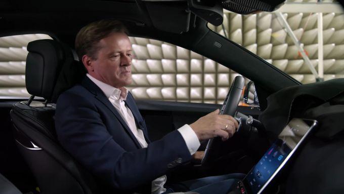 Mercedes-Benz MBUX: all'interno della Classe S si scorge il tablet da 17''