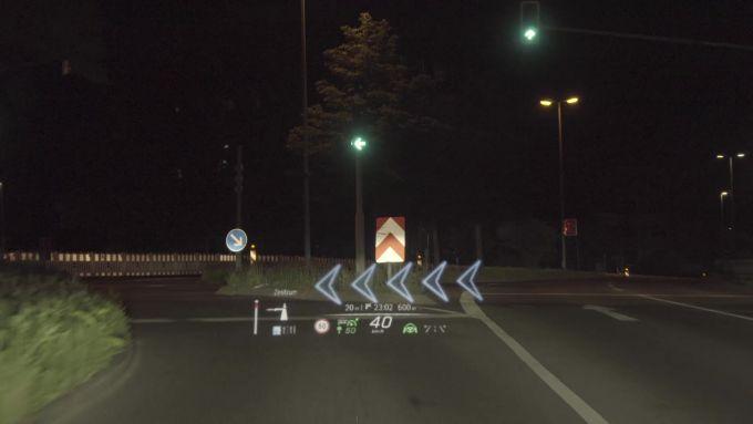Mercedes-Benz MBUX: un esempio di realtà aumentata proiettata sul parabrezza