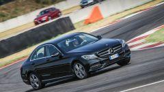 Mercedes C220 d Sport in pista: vista laterale-anteriore