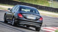 Mercedes C220 d Sport in pista: vista posteriore