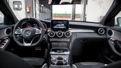 Mercedes C63 AMG S: la plancia è quella di sempre, con inserti in fibra di carbonio e alluminio spazzolato