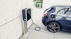 Mercedes Classe A plug-in, ricarica batterie anche da presa esterna