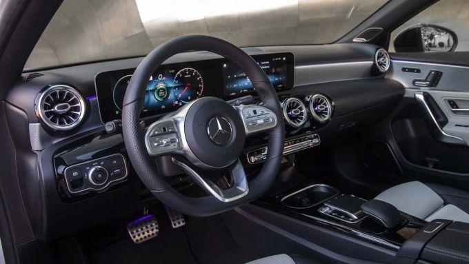 Mercedes Classe A Sedan: la plancia con il display del sistema infotainment