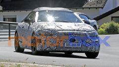 Mercedes Classe C Cabrio 2023: visuale di 3/4 anteriore