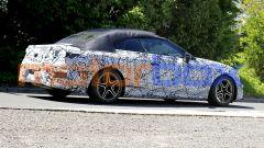 Mercedes Classe C Cabrio 2023: visuale di 3/4 posteriore