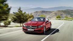 Mercedes Classe E Coupé: la mascherina presenta al centro la classica stella