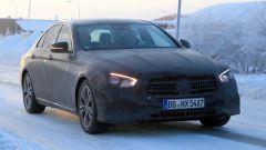 Mercedes Classe E facelift: frontale del muletto camuffato