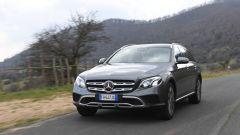 Mercedes Classe E SW All-Terrain: finta protezione (in plastica color alluminio) nella parte bassa dei paraurti