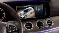 Mercedes Classe E Wagon: il display si comanda dal touchpad nero sulla razza del volante